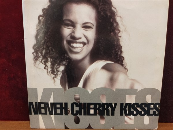 NENEH CHEERY - KISSES ON THE WIND / BUFFALO BLUES